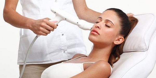 Вылечить угревую сыпь поможет косметолог