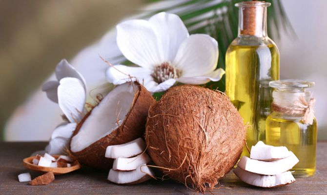 кокосовое масло идеально подойдет для увлажнения чувствительной кожи