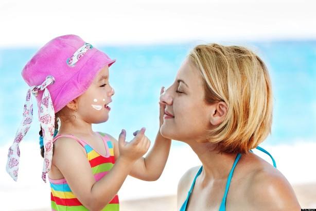 Обладательницам чувствительной кожи важно использовать солнцезащитный крем в течение всего года.