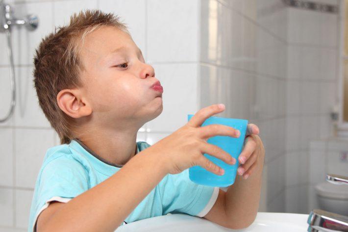 полоскание горла у ребенка